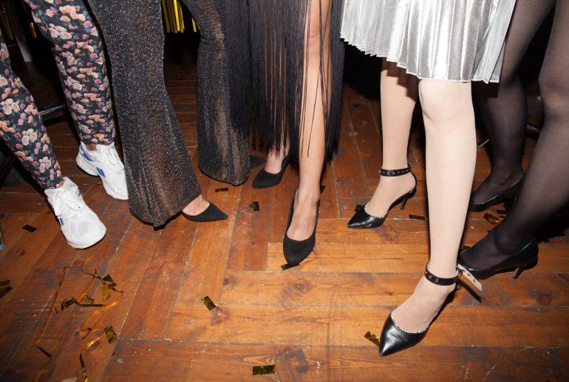 Strumpfhosen oder nackte Beine? Ergänzung zu einem formellen Kleid
